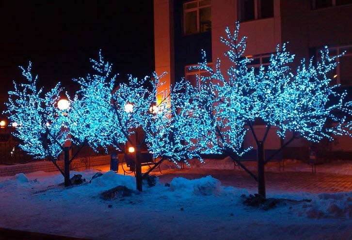 украшение деревьев в саду светодиодными гирляндами
