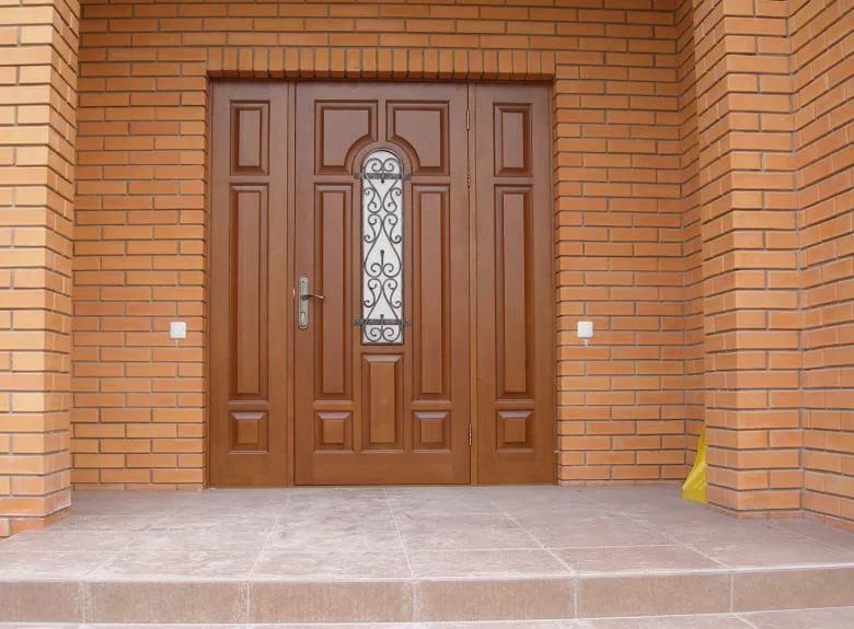 Деревянные входные двери — сочетание надежности и экологичности