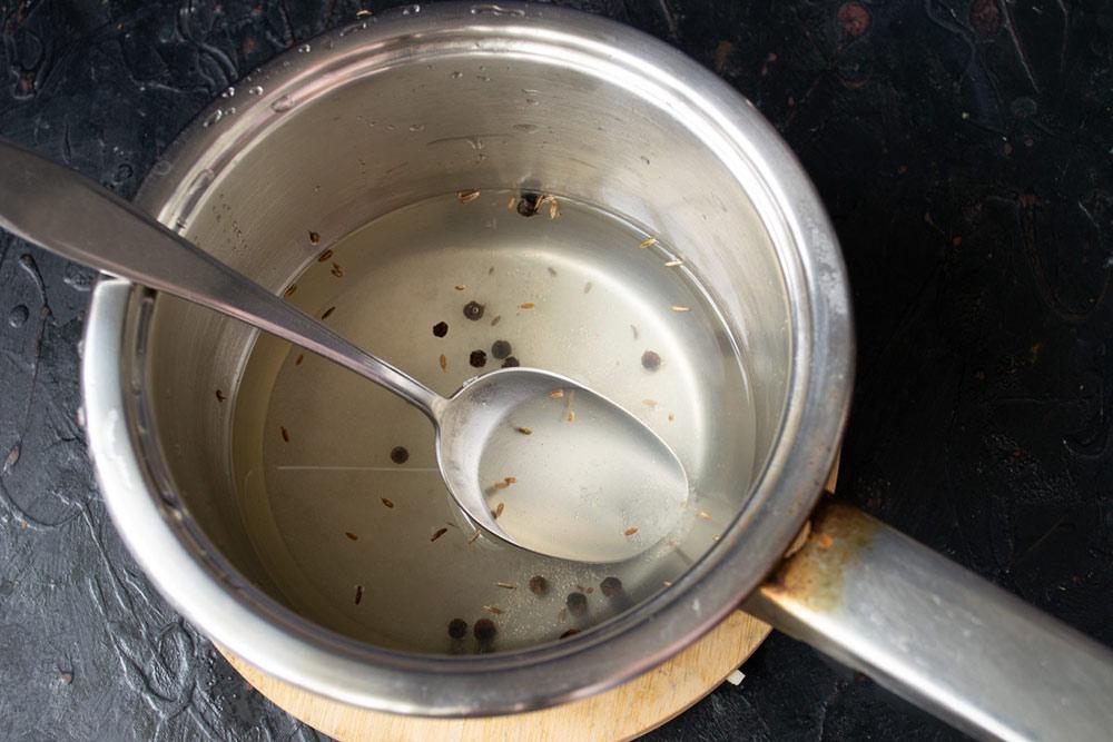 Насыпаем в маринад соль, сахар, черный перец и тмин, кипятим 5 минут и вливаем 9%-й уксус